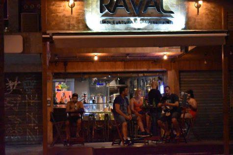 A bar in Rio disregards social distancing rules during the coronavirus pandemic.