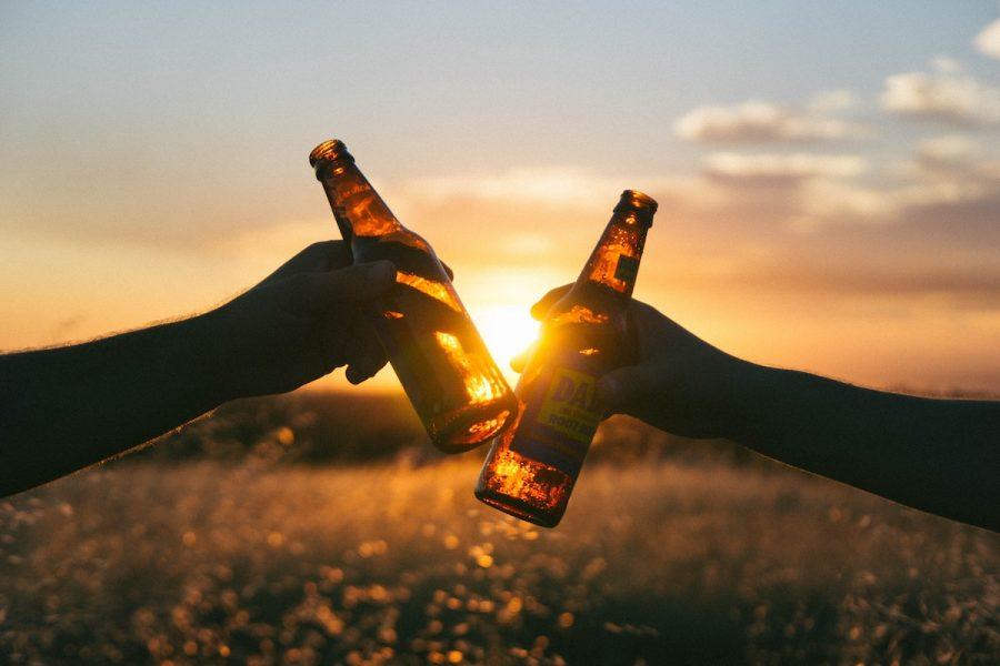 People+clink+beer+bottles.